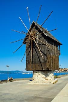 De oude houten windmolen in stad nesebar, bulgarije