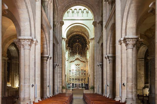 De oude kathedraal van coimbra is een van de belangrijkste romaanse rooms-katholieke gebouwen in portugal