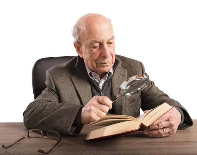De oude man verdiept zijn kennis en cultuur