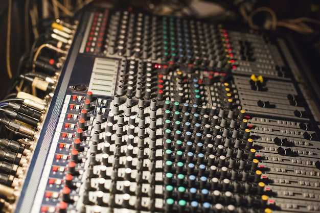 De oude mengtafel. werkplaats van geluidstechnicus