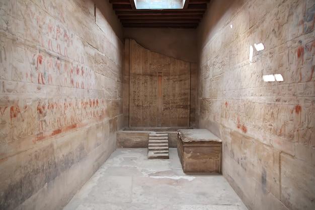 De oude necropolis van saqqara in de woestijn van egypte