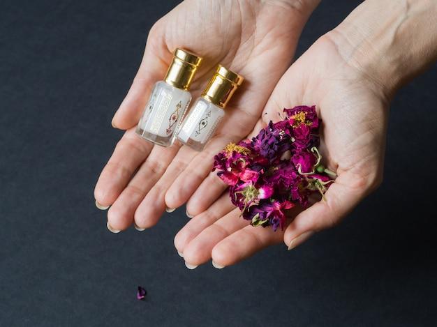 De oude olie van de agarhoutboom. arabisch geconcentreerd parfum.