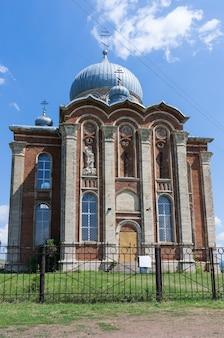 De oude orthodoxe kerk op de foto de kerk van st. catherine in het dorp tugustemir tulgan district orenburg regio rusland