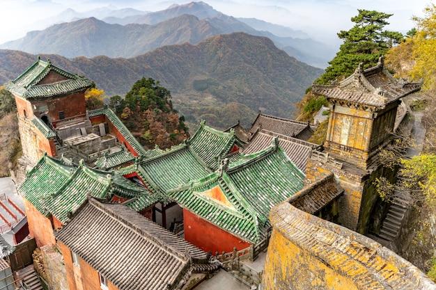 De oude oude boeddhistische tempel in chinese bergen