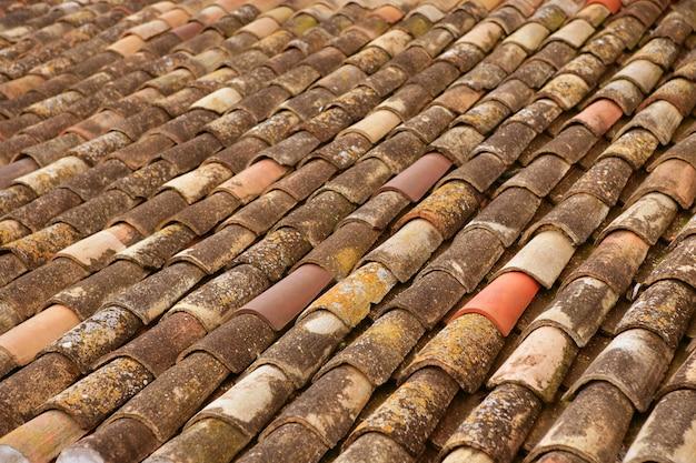 De oude oude tegels van het klei arabische dak in rijen