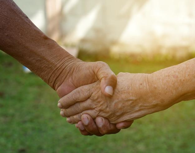 De oude paarholding overhandigt elkaar, voor altijd waar liefdeconcept
