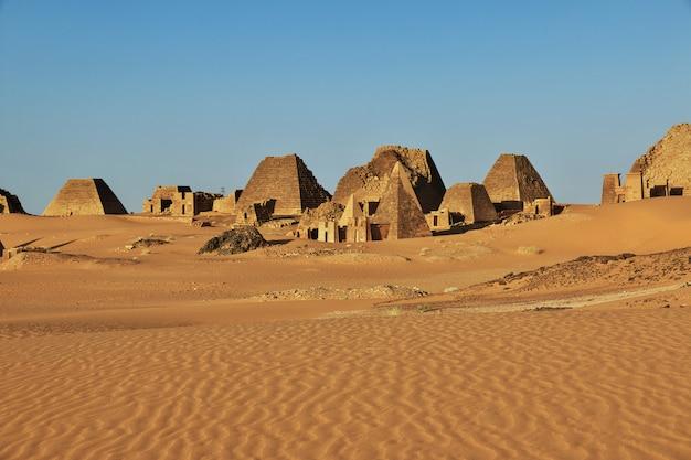 De oude piramides van meroe in de soedan-woestijn