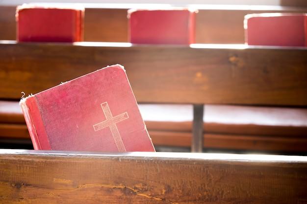 De oude rode boeken of rode aanbidding liedboeken in de kerk