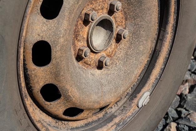 De oude roestige schijf van het staal autowiel, de autodienst.