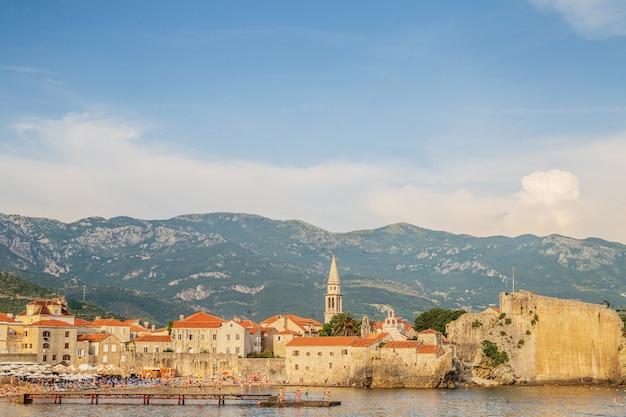 De oude stad budva, montenegro. mooie blauwe hemel met wolken boven de daken van de stad aan de adriatische zee