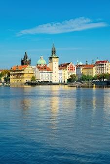 De oude stad praag over de rivier de vlava