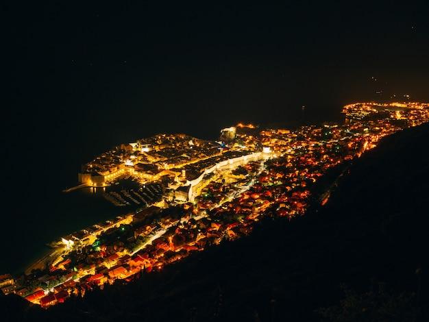 De oude stad van dubrovnik 's nachts het uitzicht vanaf het observatiedek