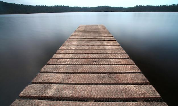 De oude steiger loopbrug pier het meer