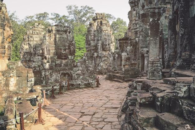De oude stenen bayon-tempel