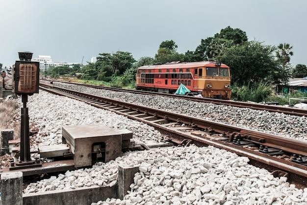 De oude trein rijdt na reparatie. test de machine, vintage trein in thailand