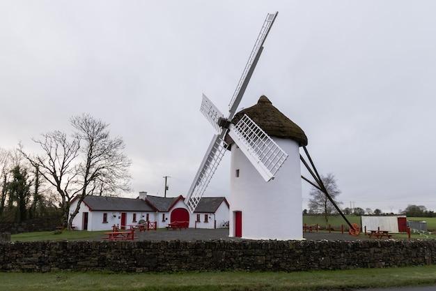 De oude windmolen bij elphin in ierland met oude bijgebouwen ernaast