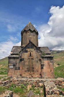 De oude zwarte churhc in de bergen van de kaukasus, armenië