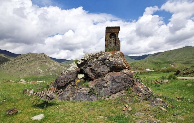 De oude zwarte kerk in de bergen van de kaukasus, armenië