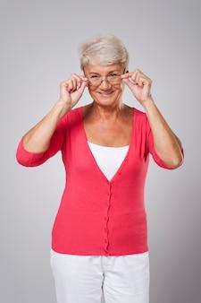 De oudere vrouw heeft een nieuwe bril nodig