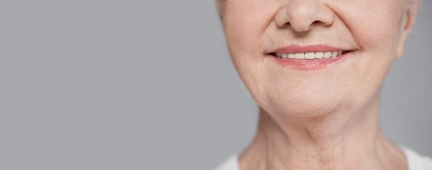 De ouderen die van de close-up met exemplaar-ruimte glimlachen
