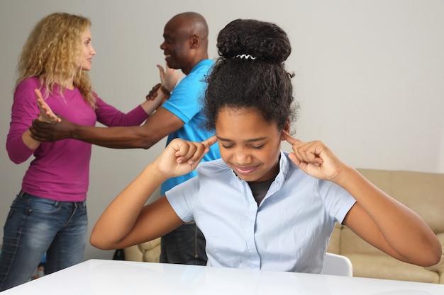 De ouders in het gezin komen in conflict met de relatie met de tienerdochter