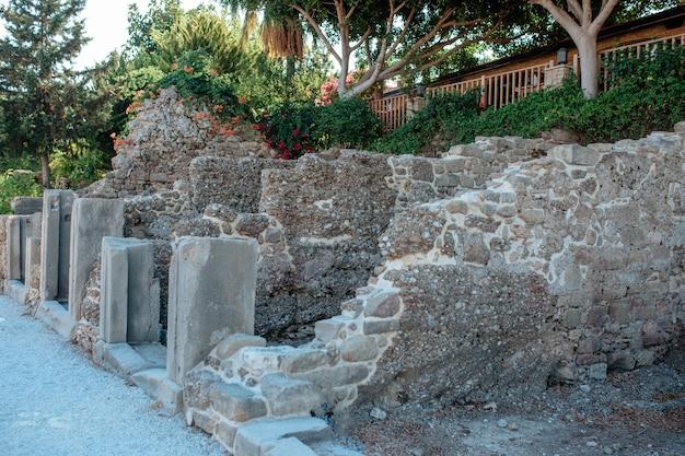 De overblijfselen van de oude stad van griekenland zijn niet het grondgebied van side turkije. stenen rots van oude gebouwen ligt in de nieuwe toeristische stad.