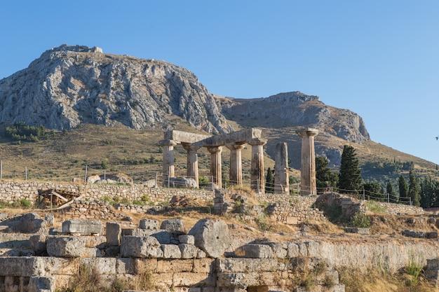 De overblijfselen van de tempel van apollo in de archeologische vindplaats van korinthe in peloponnesos, griekenland
