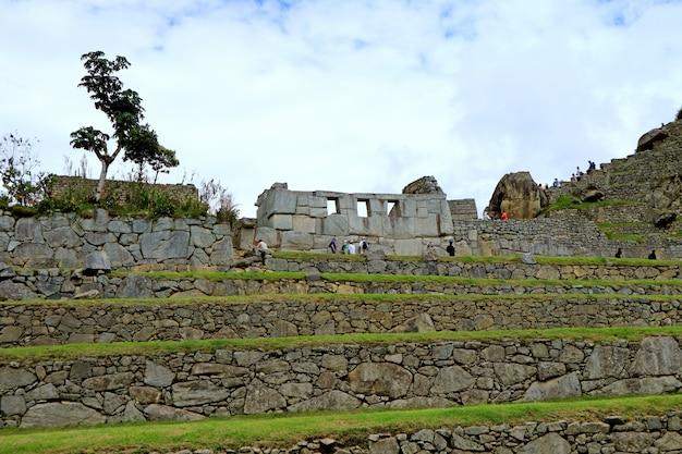 De overblijfselen van de tempel van de drie ramen in machu picchu inca citadel, cusco gewest, peru