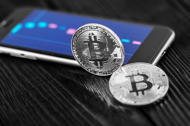 De overdracht van de dollar van de portefeuille naar bitcoin op de smartphone