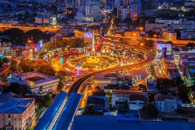 De overwinningsmonument van thailand en hoofdverkeer voor weg in bangkok, thailand