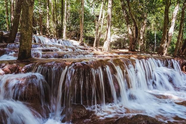De pa wai-waterval is een kleine kalksteencascade in de provincie tak, thailand