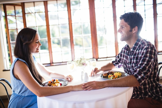 De paarholding dient restaurant in