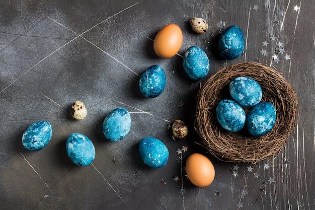 De paaseieren in langs geschilderd nest dienen blauw in