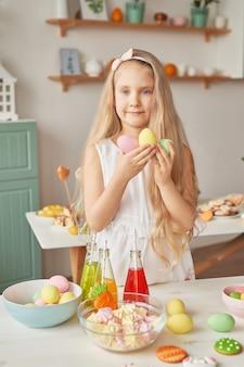 De paaseieren van de meisjesholding bij de keuken