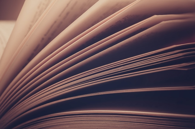 De pagina's van oud boek sluiten omhoog