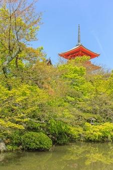 De pagode bij kiyomizu-dera-tempel met groene bladeren.