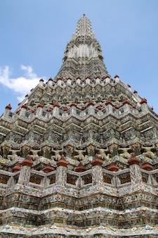 De pagode in wat arun-tempel is tempeloriëntatiepunt dichtbij chao phraya-rivier in bangkok thailand
