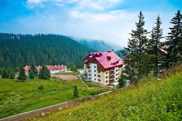 De panoramamening van moderne huizen en hotel in bulgarije