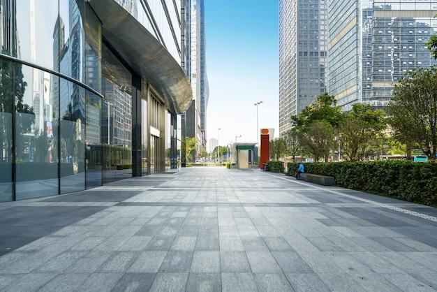 De panoramische horizon en de gebouwen met lege concrete vierkante vloer shenzhen binnen, china