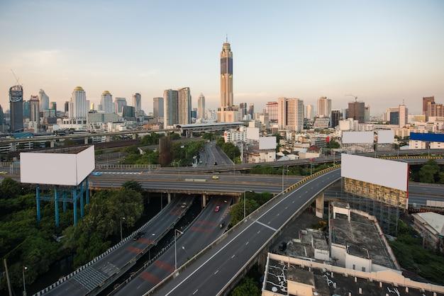 De panoramische stad die van bangkok modern bedrijfsdistrict bouwen