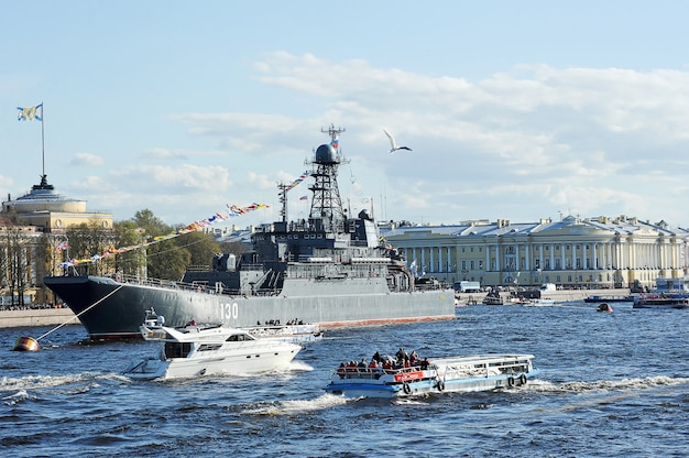 De parade van oorlogsschepen op de rivier de neva in st. petersburg ter ere van 70 jaar overwinning in de grote patriottische oorlog. groot landingsschip