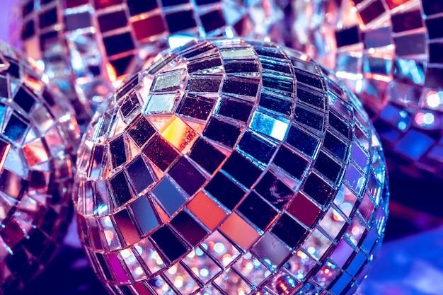 De partij steekt dichte omhooggaand van de discobal aan. disco concept