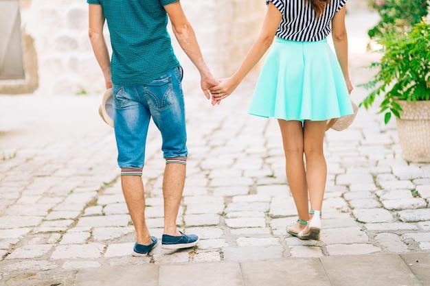 De pasgetrouwden houden elkaars hand vast in monte