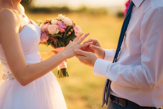 De pasgetrouwden wisselen ringen uit op een bruiloft