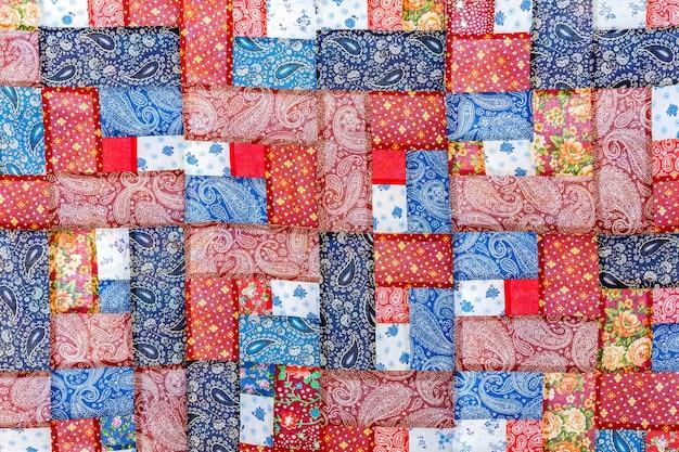 De patchwork sprei is gemaakt van veelkleurige stukken stof handgemaakt product