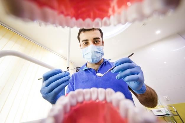 De patiënt bij de tandarts.