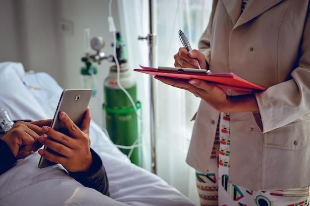 De patiënt slaapt op het bed van de patiënt. terwijl de hand nog steeds aan het werk is