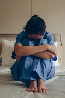 De patiënt zat wanhopig in bed, ze maakte zich zorgen over de diagnose van de dokter.
