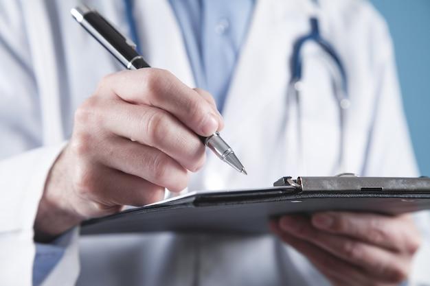 De pen en het klembord van de artsenholding.