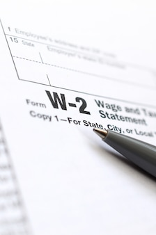 De pen ligt op het belastingformulier w-2 loon- en belastingoverzicht. de tijd om belasting te betalen